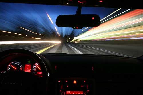 В машине по ночному городу картинка