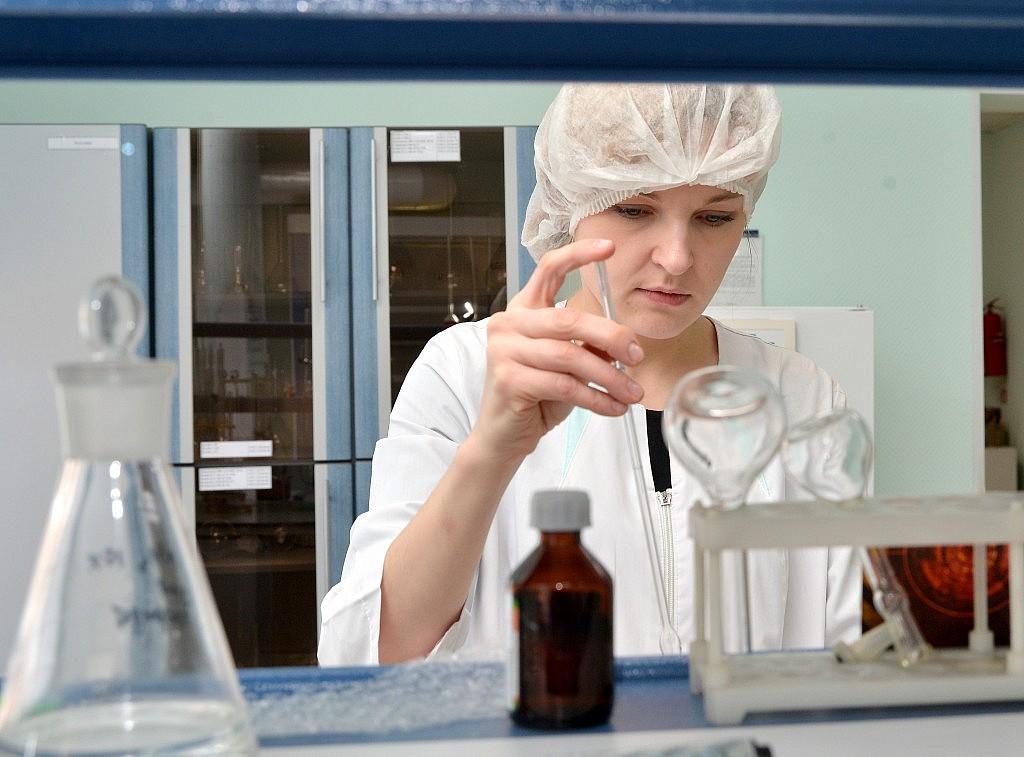 Последние два года Кемеровская фармацевтическая фабрика разрабатывает экстракцию, то есть получение самого полезного из растений, ягод, фруктов.