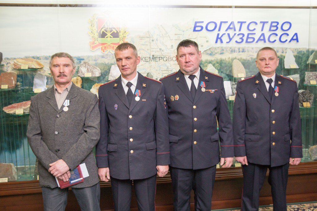 Кузбассовцев наградили заспасение людей напожарах