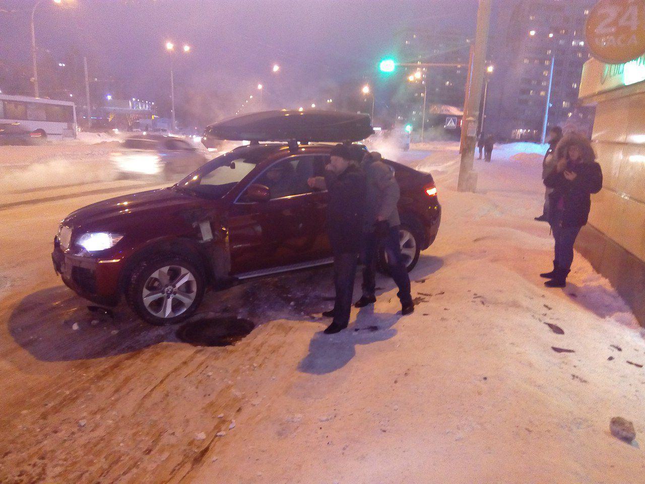 Юрист на БМВ протаранил остановку вКемерово, есть погибшие