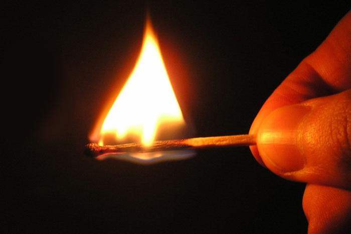 Любопытный кузбассовец устроил рядом сдомом обидчика опыты с огнем