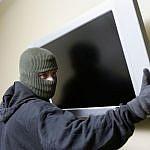 http://xdn.tf.rs/2015/07/14/Lopov-kradljivac-provalnik-kradja-televizora.jpg
